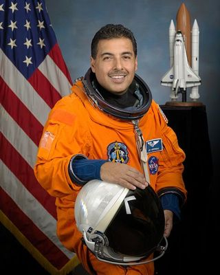 Ang astronaut na si Jose Hernandez at galing sa Wikimedia Commons
